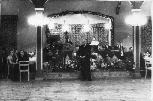Die Bühne in der Burgerhalle von Neustadt am Rübenberge (Foto:Zinne)