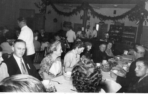 In der alten Bürgerhalle: Essen mit Damen auf dem Schützenfest. (Foto:Zinne)