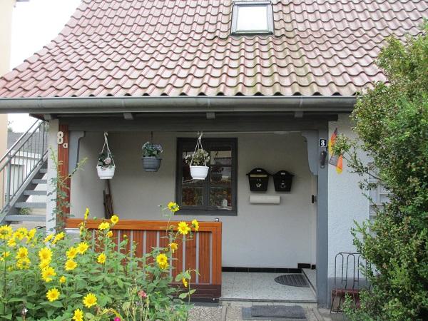 Windfang eines der typischen Stampfbeton-Häuser der ehemaligen Lindensiedlung in Neustadt (Foto Dyck)