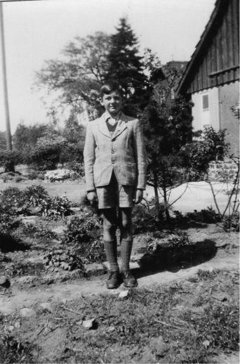 Kind vor den Häusern Wunstorfer Straße. Im Hintergrund Turm der Katholischen Kirche. (Foto: Wagner, privat)