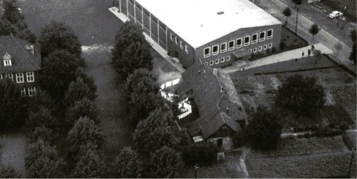 Doppelhaus an der Lindenstraße Im Hintergrund die ehemalige Turnhalle des TSV Links die Stockhausenschule