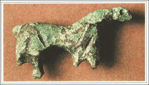"""Bronzefibel in Pferdchenform,Länge 2,75 cm. erhaltene Höhe 1,3 cm. Dicke 0,27 cm.(aus """"Heine u. Steinau. Die Lüningsburg"""", Fund 1981/82)"""