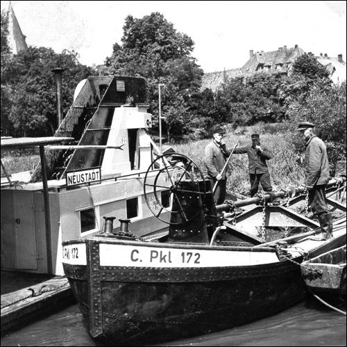 Baggerschiffe räumen auch in den 60er Jahren noch den Schleusenkanal der Leine (Foto von privat)