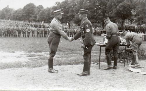 Zeremonieller Handschlag, vermutlich während der Großkundgebung der NSDAP
