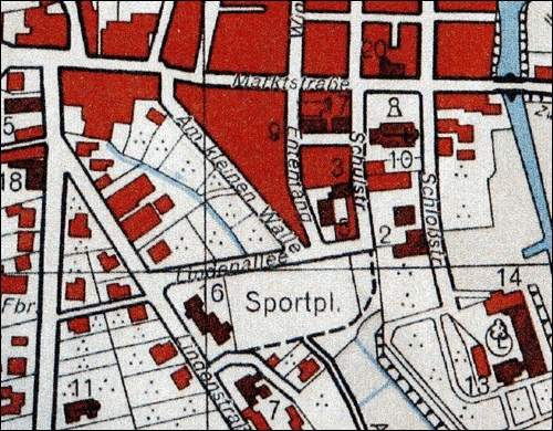 Stadtplan- Ausschnitt von 1951 mit Sportplatz, Lindenallee ( Teil der späteren Herzog- Erich- Allee), Rektorschule (Nr. 16) und Kreisschlauchpflegerei (Nr. 7) der Feuerwehr von 1936 an der Lindenstraße