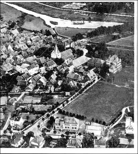 Luftaufnahme vor 1951, noch ohne den ersten Erweiterungsbau der Rektorschule. Im Hintergrund stehen Amtsgericht und Arrestanstalt, links die Gebäude der alten Schule.