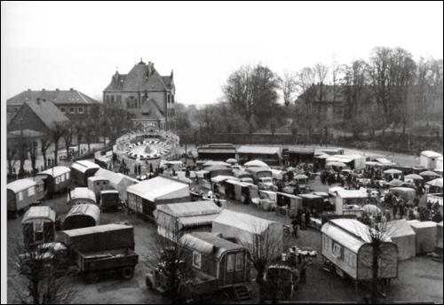 Volksvergnügen in den 50er Jahren. Im Hintergrund Schloss, Amtsgericht und Arrestanstalt, links Gebäude der früheren Volksschule an der Schulstraße