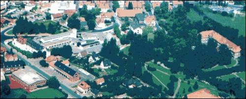Luftaufnahme ca. 1980/81, die Herzog – Erich- Allee ist nur zwischen Lindenstraße und Schulstraße (An der Liebfrauenkirche) fertiggestellt. Die Zehntscheune steht noch!