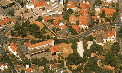 Luftaufnahme (ca 1996) des Schulgeländes mit allen Erweiterungsbauten und der fertigen Herzog- Erich-Allee