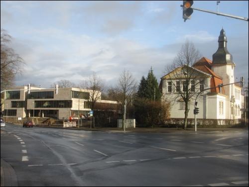 Neu und Alt an der Herzog- Erich- Allee (Foto Dyck, März 2015)