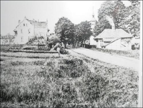 Die Lindenstraße, Blickrichtung stadteinwärts. Rechte Bildseite: das städtische Badehaus, dahinter der Turm der ehemaligen Rektorschule, gegenüber das Wohnhaus des Rektors Klages.