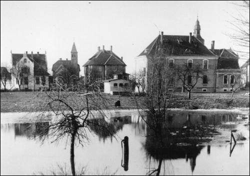 Die gleiche Sicht nicht viel später: an der Lindenstraße sind die Villen Klages und Preuss hinzugekommen, der tiefer gelegene Teil der Bleiche ist überflutet.
