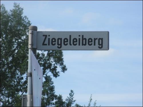 """""""Ziegeleiberg"""", eine Straße in Neustadt am Rübenberge verweist auf die Geschichte der Ziegelproduktion in der Region."""