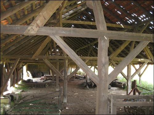 Innenaufnahme des Holzbaus. Der ehemalige Trockenschuppe der alten Ziegelei bei Suttorf diente dem Trocknen der Ziegel vorm Brennen.