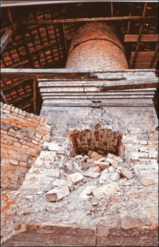 """1966 wurde die Ziegelei in Nöpke stillgelegt. Das Bild zeigt den Ofen des ehemaligen Werks. Foto aus: Christian Stahl; """"Kali Kohle und Kanal"""""""