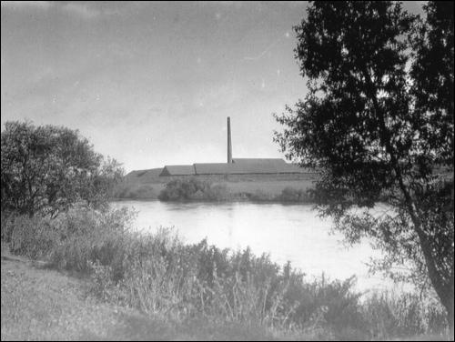 """Dieses Foto aus der Sammlung """"Grabenhorst"""" gibt Rätsel auf. Was sehen wir hier, jenseits der Leine? Eine Ziegelei?"""