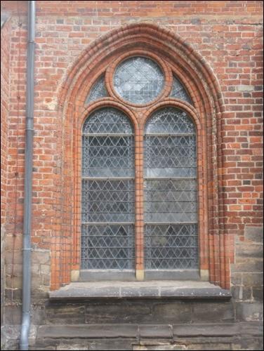 Kunstvolles Bauen mit Ziegel war typisch für die Region. Hier sehen wir ein gemauertes Fenster der Liebfrauenkirche in Neustadt am Rübenberge