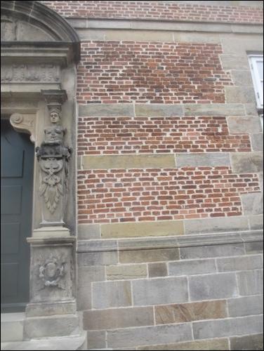 Schloss Landestrost - Ziegel im Mauerwerk des Schlosses