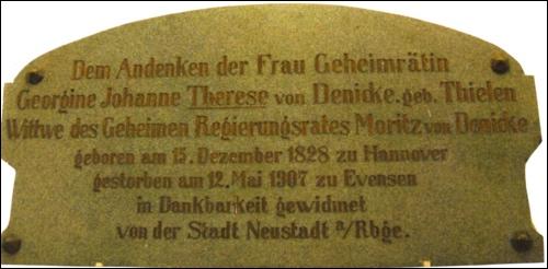 Der großherzigen Spenderin Therese von Denicke stiftete die Stadt diese Tafel. Sie ist noch heute im ehemaligen Krankenhaus, dem jetzigen Bauamt der Stadt vorhanden.