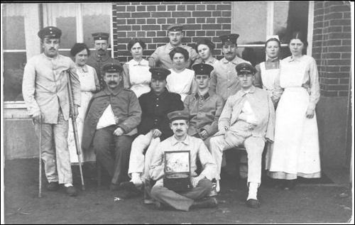 """Verwundete Soldaten, September 1915 Aus """"Neustadt am Rübenberge, Geschichte in Fotografien"""" 2014 Foto Museum"""