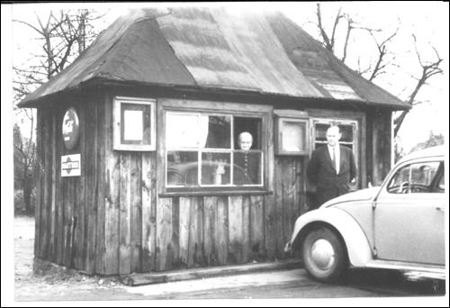 Das neue Wiegehäuschen der Fuhrwerkswaage in Neustadt am Rübenberge um 1950, vorn Herbert Scheve, am Fenster Mutter Sophie Scheve