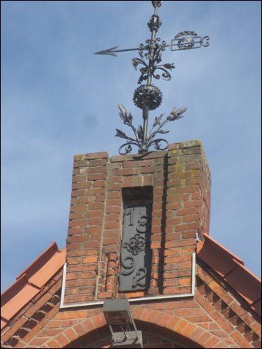Besonderheiten des Gründerzeit-Hauses: Der Giebel ist von einer handgeschmiedeten Wetterfarne geziert.