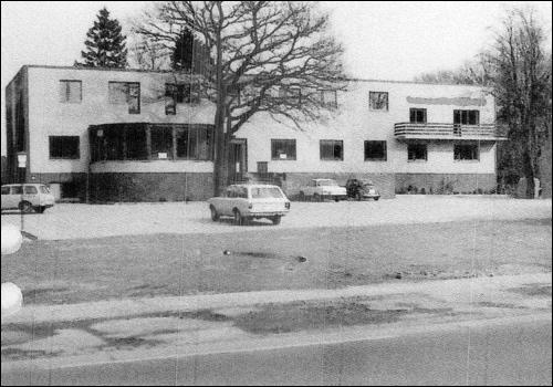 """Der Dammkrug mit Gastwirtschaft und Hotel """"Dammhirsch"""", gebaut 1975. Ein modernes Gebäude ersetzt den landwirtschaftlichen Charme."""