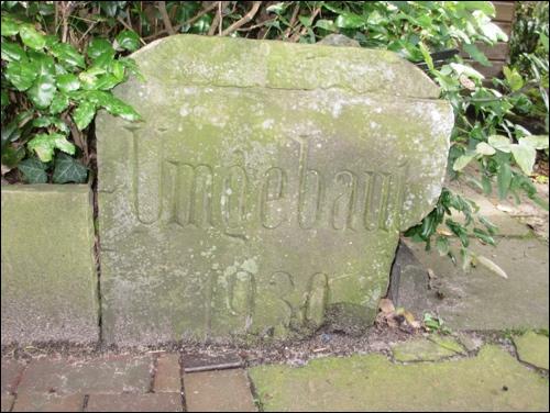 Gedenkstein: Stein zum Andenken an den Umbau der Leinebrücke 1930(Quelle: Hergt; Foto Dyck)