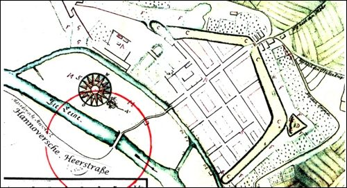 """Plan um 1751 -Mit Darstellung der """"Hannoverschen Heerstraße"""" (Nds HStA 12 f Neustadt 1pk, Ausschnitt).Der aus Hannover kommende Weg schwingt in großen Bogen zur Leinebrücke hin."""