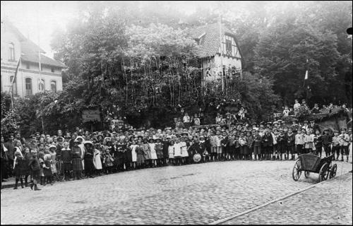 Kinder am Strassenrand beim Durchzug von Kaiser Wilhelm II