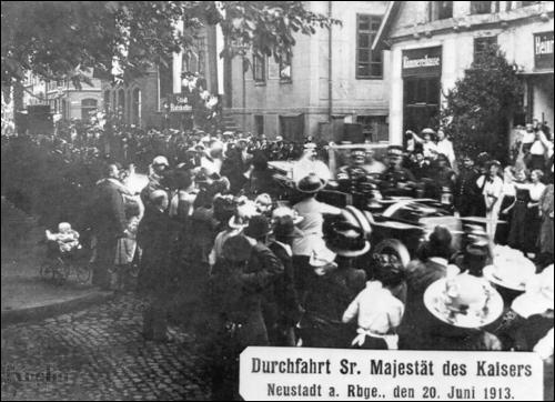 "Postkarte ""Durchfahrt Sr. Majestät"" (Foto: Emil Köster)"