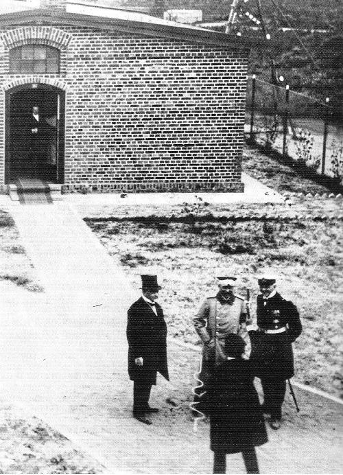 Kaiser Wilhelm der Zweite 1914 am Funkenturm in Eilvese/Neustadt am Rübenberge in Begleitung weiterer Personen