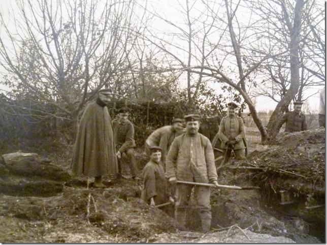 Offiziere beaufsichtigen die Arbeiten an der Schanze: Aushebung eines Schützengrabens