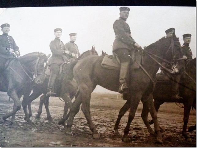 Soldaten zu Pferde. Im 1. Weltkrieg war das Pferd als Transport- und Zugmittel nicht wegzudenken.