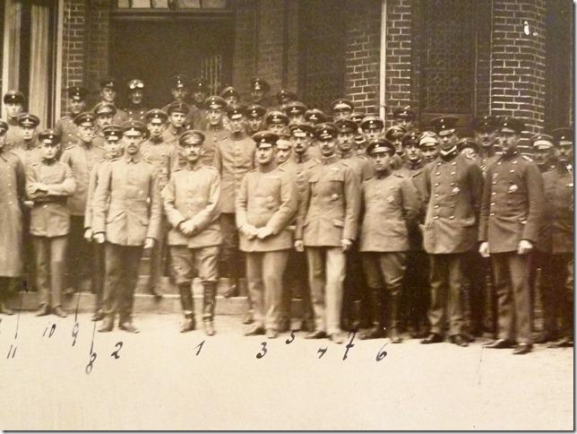 """Offiziere Korps Regiment 213 Juni 1918 im Ruhequartier bei Cambrai. Mit der Beschriftung """"11"""" gekennzeichnet ist Leutnant Marwede aus Neustadt am Rübenberge (Foto :R.Marwede)"""