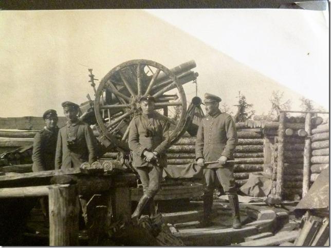 Artillerie in der Stellung. Vier Mann bedienen eine Geschütz.