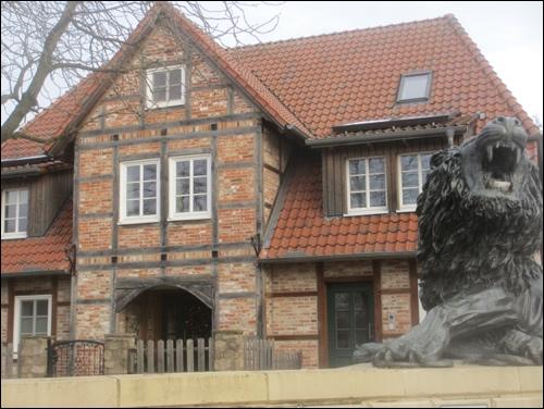 """Das Haus auf dem historischen Grundstück """"Zwischen den Brücken 1"""" (Foto: Dyck, Dez 2017)"""