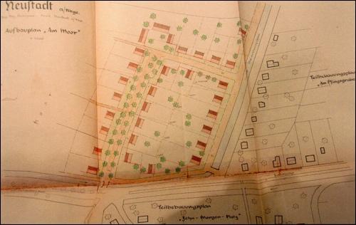 """Nicht umgesetzt wurde der Aufbauplan """"Im Moor"""". Die Fläche westlich der Straße """"Vor dem Moore"""" und des Entwässerungsgrabens gehört heute zum Torf- Werk Aurenz."""