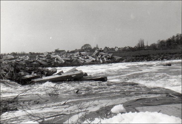 Der Wasserfall in Neustadt. Das überflutete Wehr 1926.