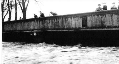 Das Hochwasser erreicht fast die Fahrbahn der Leinebrücke (Fotosammlung Hergt)