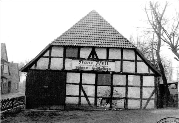 """In diesem älteren Bild sieht man noch Franz Pfeil - Süssmost und Großkellereibetrieb auf dem Werbeschild. Das Bild zeigt übrigens einen """"Unfall"""". Die Scheunenvorderseite ist beschädigt."""