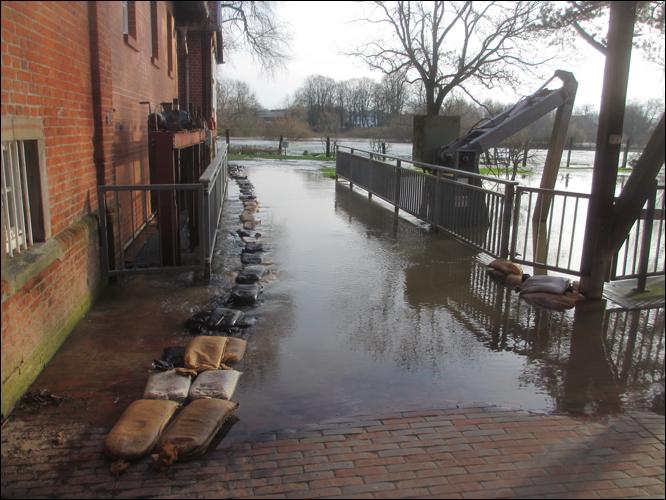 Der überflutete Steg vor der Mühle (Foto Dyck)